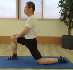 腸腰筋。足を前後に開き、膝をつきます。 胸を張って腰を前に押し出すように